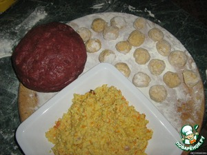 Prepare stuffing. Beef scrolled through a meat grinder, add 1 egg, Khmeli-suneli, salt. Mix well, beats.  Prepare balls