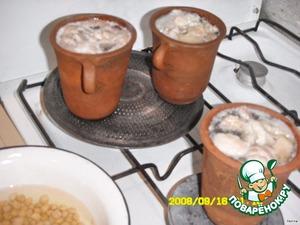 Маленькое отступление:   готовить желательно в горшочках и на рассекателе. Пити готовится 4-5 часов, то есть томиться. И так...   Заранее замочите горох (30 мин), нарезаем кусочками мясо и курдюк, закладываем в горшочки, наливаем холодную воду, ставим на огонь