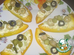 Выложить слой маслин, оливок, корнишонов.