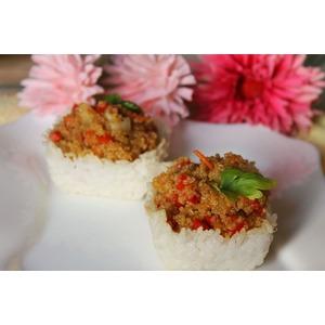 Киноа с овощами и имбирным соусом в рисовых корзиночках