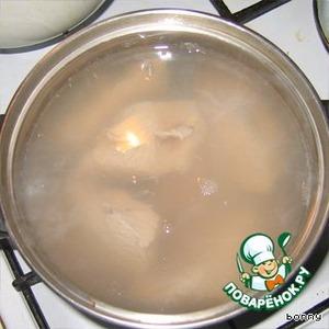 Можно сварить не мякоть, а мясо на косточке, на бульон, из бульона суп - из мяса - второе. Если готовим только второе, возьмите воды минимально, чтобы отварить мясо. Так оно меньше отдаст вкус. Закладывайте мясо к кипящую воду.