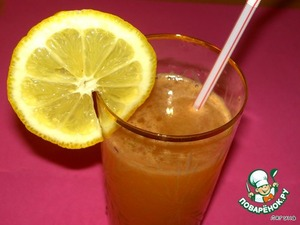 In the resulting fruit juice add the honey, mix well. Add sparkling water and pour into glasses. Bon appetit!