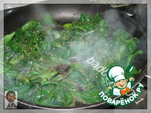 На сливочном масле в сковородке припускаем шпинат, в конце добавляем немного мускатного ореха