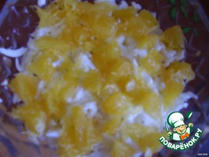Oranges peel, divided into slices and finely chop (or split the fibers). Put another layer, grease mayonnaise.