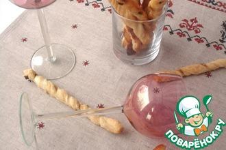 Рецепт: Гриссини из слоеного теста с анчоусами и коричневым сахаром