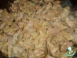 Обжарить на сковороде мясо с луком. Потушить до готовности.