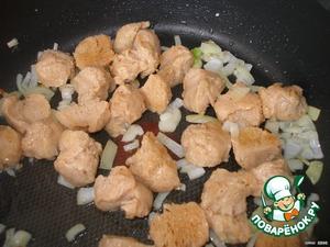 Лук нашинковать.    В сотейнике разогреть масло, обжарить лук и мясо 5 минут.