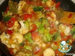 Добавить овощную смесь и лечо. Перемешать и тушить на медленном огне, периодически помешивая под крышкой минут 15-20 до готовности.