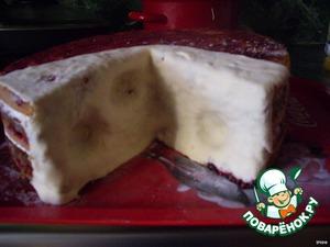 Вырезаем из торта сектор, имитируем сырные дырочки.