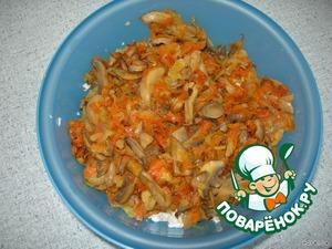 Морковь натереть на крупной терке, лук нарезать. Овощи обжарить до готовности на сковороде. Когда лук с морковью будут почти готовы, добавить грибы. Т. е. получаются жареные морковь, лук и грибы.   Масло по максимуму слить, чтобы салат был нежирный. А готовые овощи с грибами переложить в салатник.