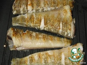 If the fish is large, cut it into large pieces, fry in a grill pan or just in a pan with a little oil on both sides (fry not much), transfer to a plate and put aside.