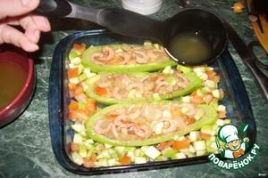 Выкладываем кабачки в форму. Заполняем начинкой. Свободное пространство заполняем оставшимися порезанными кабачками и помидорами. Заливаем бульоном.