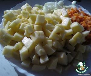 Картошку порезать кубиками 3Х3 см, морковку порезать мелко или натереть на крупной терке, лук мелкими кубиками