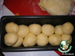 Baking bread greased with oil and put the balls in a staggered manner (in any case, in parallel, the bread will fall apart).