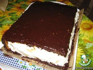 готовим глазурь:   Шоколад растопить на водяной бане. Добавить 3 ст.л. воды. Когда шоколад полностью растает, добавить 1 ст.л слив. масла. Затем сахарную пудру (просеять через сито).   Покрываем глазурью (чуть остывшей) коржи (аккуратно, стараясь не задеть крем). Даем глазури немного застыть.