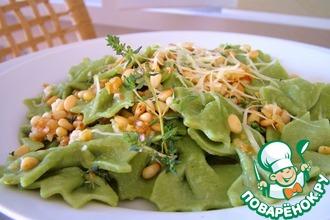 Рецепт: Домашние зеленые фарфалле с печеным чесноком и кедровыми орешками