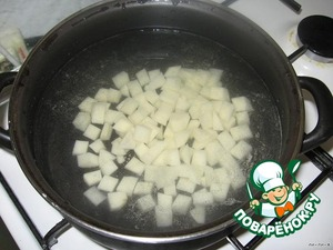 In 3 quart saucepan pour 1.5 l of water. Cut the potatoes into cubes and boil until tender.