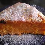 Пряный морковный пирог с изюмом и курагой