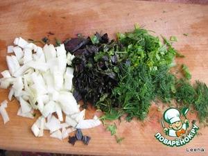 Лук, петрушку, укроп, базилик, 3 зубчика чеснока мелко режем.