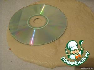 Тесто раскатать и вырезать кружочки не меньше 12 см (ориентир СD-диск, он 12 см в диаметре)