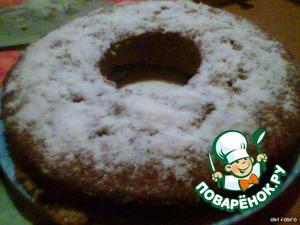 Перед тем как вынуть пирог из формы, охладите его при комнатной температуре в течение 10 минут. Пирог выложите на блюдо, посыпьте сахарной пудрой.