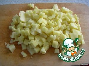 Режем картофель и добавляем в суп.