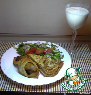 Here we had this dinner - a slice of pancake cake, chicken, salad and yogurt. Inexpensive, elegant (if kefir pour into beautiful glasses) and satisfying.