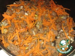 Куриную печень промыть, нарезать, обжарить на растительном масле. Добавить нарезанный лук и натёртую морковь.