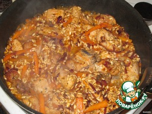 Then add salt, add the mixture of peppers, sugar, paprika, 0.5 teaspoon Italian herbs, 1 tsp tomato paste, stir and in a minute pour 100 ml of wine.  Simmer for 3-4 minutes at the same fire, only then lower the heat to medium, maybe even slightly above average.  Simmer about 5 minutes, until the wine is almost all evaporated.