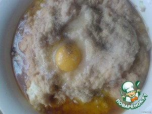 Всё вместе смешиваем, добавляем яйцо, соль и перец