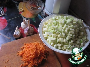 Cut into cubes zucchini, grate the carrots, finely chop the garlic. once the tomato sauce comes to a boil add the vinegar, salt, sugar and vegetables boil for 40 minutes.