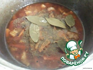 Всe аккуратно перемешать, залить кипячeной водой так, чтобы покрыло мясо. Добавить соль, перец, хмели-сунели.