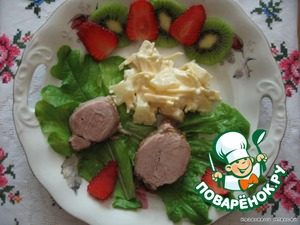 Горячее мясо режим порционно и выкладываем на листья салата. Сервируем тарелку киви и клубникой.  На гарнир: в консервированные ананасы кусочками добавляем тертый сыр, мелкорубленый чеснок и майонез.  Для соуса все ингредиенты измельчаем в комбайне, добавляем коньяк и выпариваем жидкость в микроволновой печи.  Поливаем мясо.