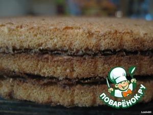 В упаковке готовых коржей для торта обычно бывает 3 коржа. Осторожно их разъединяем.