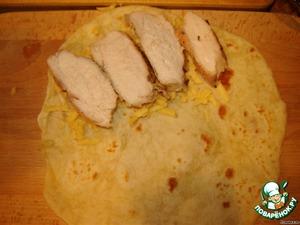 На сыр выкладываем несколько кусочков курицы.
