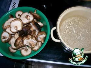 Мелко нашинкованный лук слегка обжарить в растительном масле, добавить сливочное масло, мелко порезанные грибы