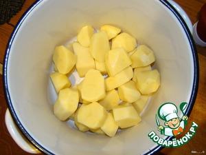 While the meat is marinating the peeled potatoes cut into large, very large slices (halves) and put it into a saucepan or bowl for mixing.