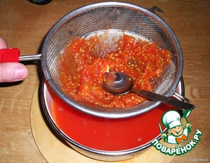 Now we need to separate the tomato juice from the seeds and not seethe flesh. Miss the contents of the pan through a strainer, stretching spoon the flesh to get passed as many as possible of the juice.