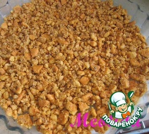 Biscuits and nuts, mix with softened butter and spread plump layer in casserole dish (it is better to take detachable form and to put on the bottom sheet of parchment, oiled)
