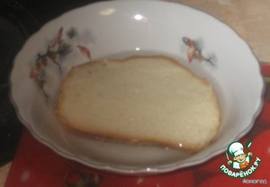 Пропустить через мясорубку размоченый белый хлеб.
