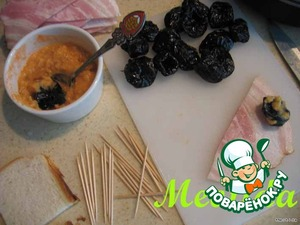 готовим соус: яблоко без шкурки и косточек натираем на мелкой терочке, добавляем горчицу и