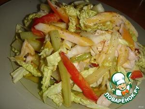 Ингредиенты для соуса взбить при помощи блендера.    Салат разложить по порционным тарелкам и полить соусом. Можно присыпать свежемолотым черным перцем.       Приятного аппетита!
