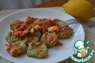 Рецепт: Ньокки из шпината с томатным соусом и сыром