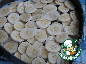 И снова творожная масса (одна треть), за ней слой тоненько порезанных бананов в 1 ряд.