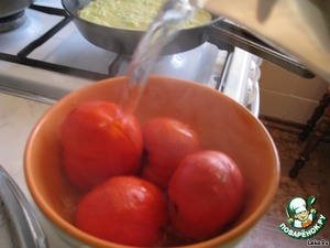 Tomatoes pour over boiling water. Remove peel and grate. Drain in a sieve to drain the water.