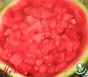 with watermelon on one side cut a little of the peel horizontally, so he stood on a platter  on the other hand cut away the peel thicker and with a spoon take out the pulp, cut into pieces, seeds discarded