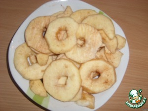 Wash the apples, peel and remove the core. I cut into slices, about 2-3 mm thick. Those which are thicker, were crispy, but this is who he loves - me crunchies liked more children and those that are softer.  Sprinkle with lemon juice and a sprinkle of cinnamon.