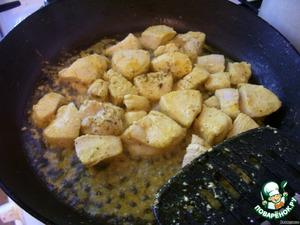 Тем временем готовим начинку. Куриное филе режем кусочками и обжариваем на сковороде с разогретым маслом до полуготовности,   солим, добавляем приправы (у меня куркума и орегано)