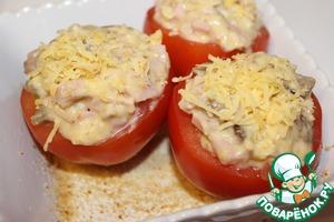 Помидоры вымыть, срезать у каждого плодоножку и аккуратно удалить мякоть с семенами. Приготовленной начинкой наполняем помидоры. Затемнаполненные помидоры выкладываем в жаропрочную посуду, смазанную растительным маслом и посыпанную сухарями и поставить в разогретую духовку на 15-20 минут.