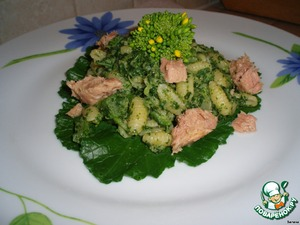 Put in scalded with boiling water the leaf tops. Decorate with slices of tuna and buds of foliage.